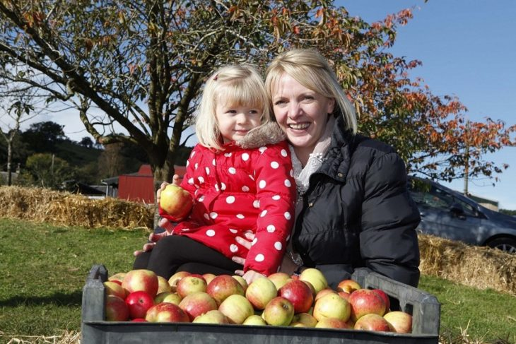 Clyde Valley Fruit DayBria Stewart age 2.5 with mum Eyvonne ©South Lanarkshire Council